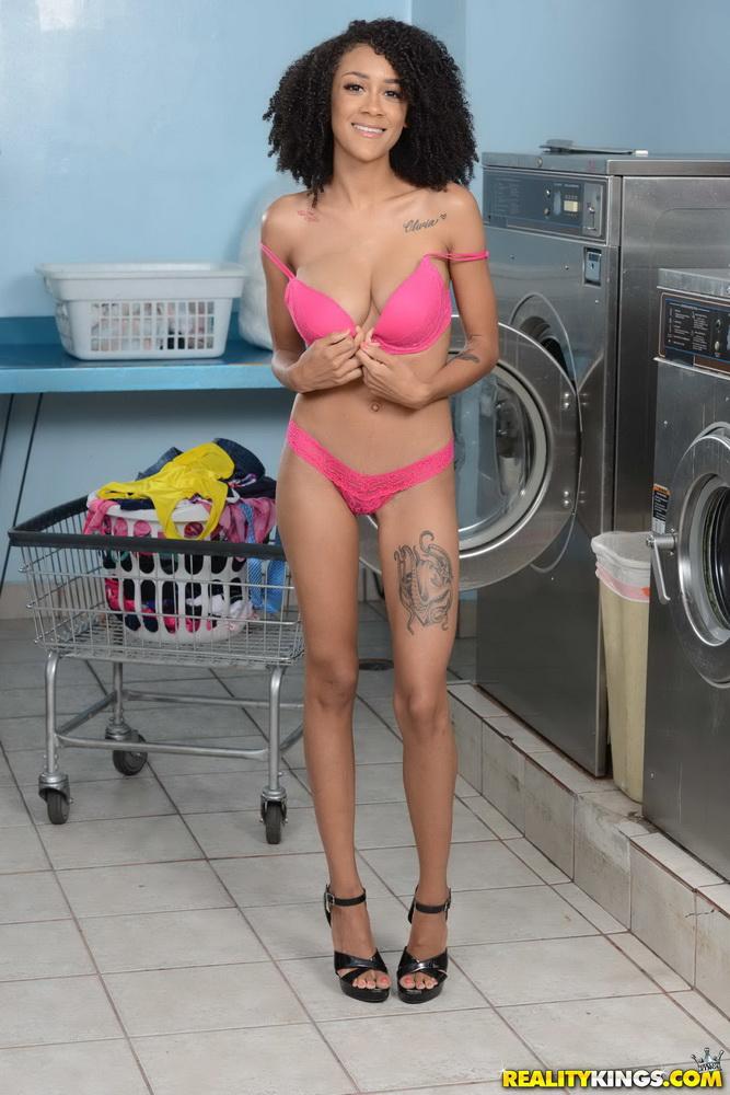 RoundandBrown/Realitykings: Ariana Aimes - Laundromat Lust [FullHD 1080p] (2.35 GB)