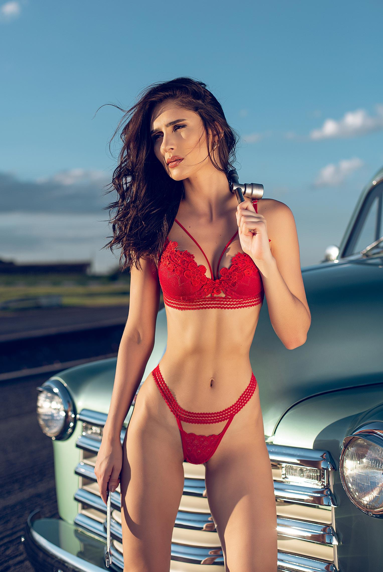срочный автосервис / девушка с гаечными ключами лежит под машиной на пустынной дороге / фото 09