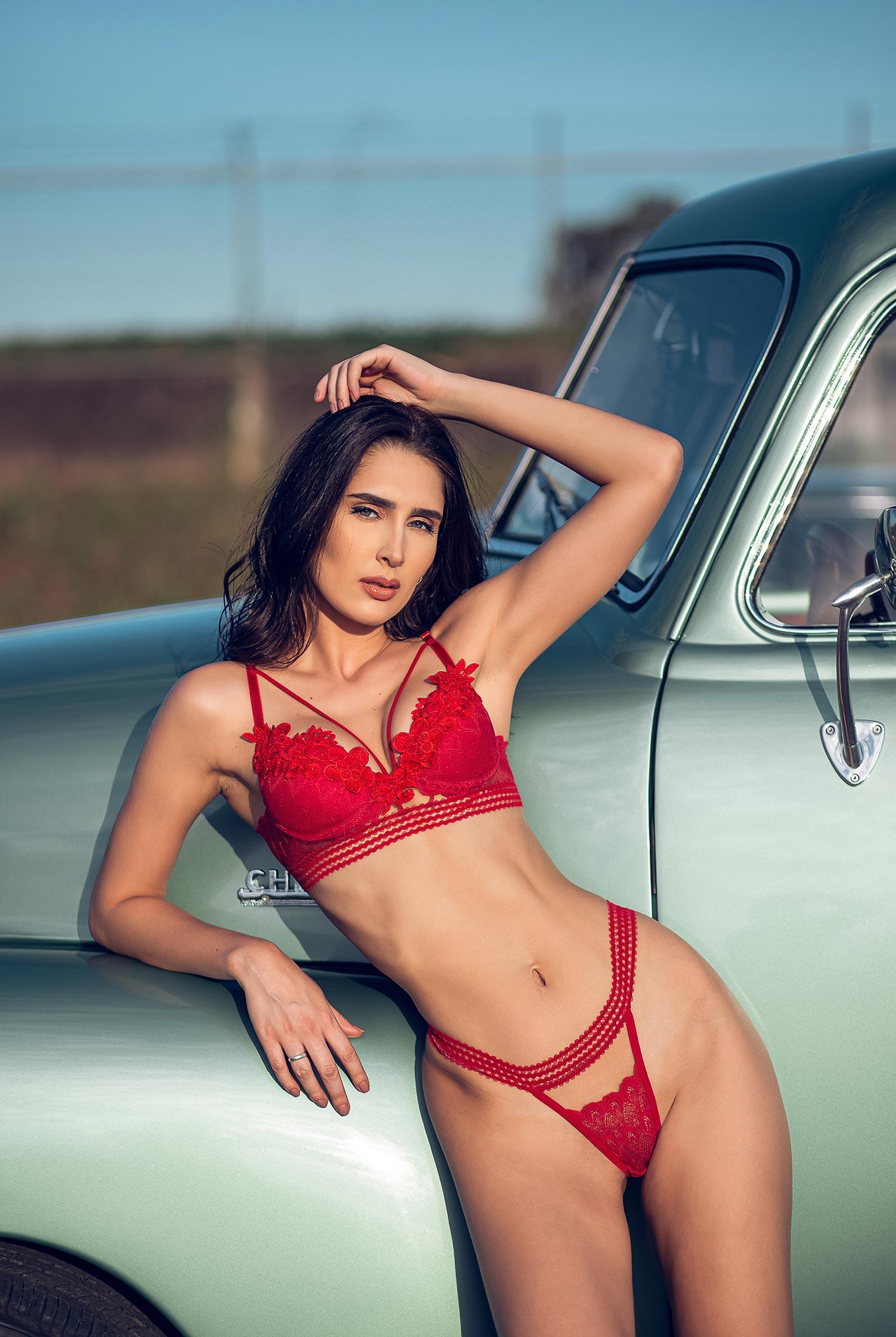срочный автосервис / девушка с гаечными ключами лежит под машиной на пустынной дороге / фото 10