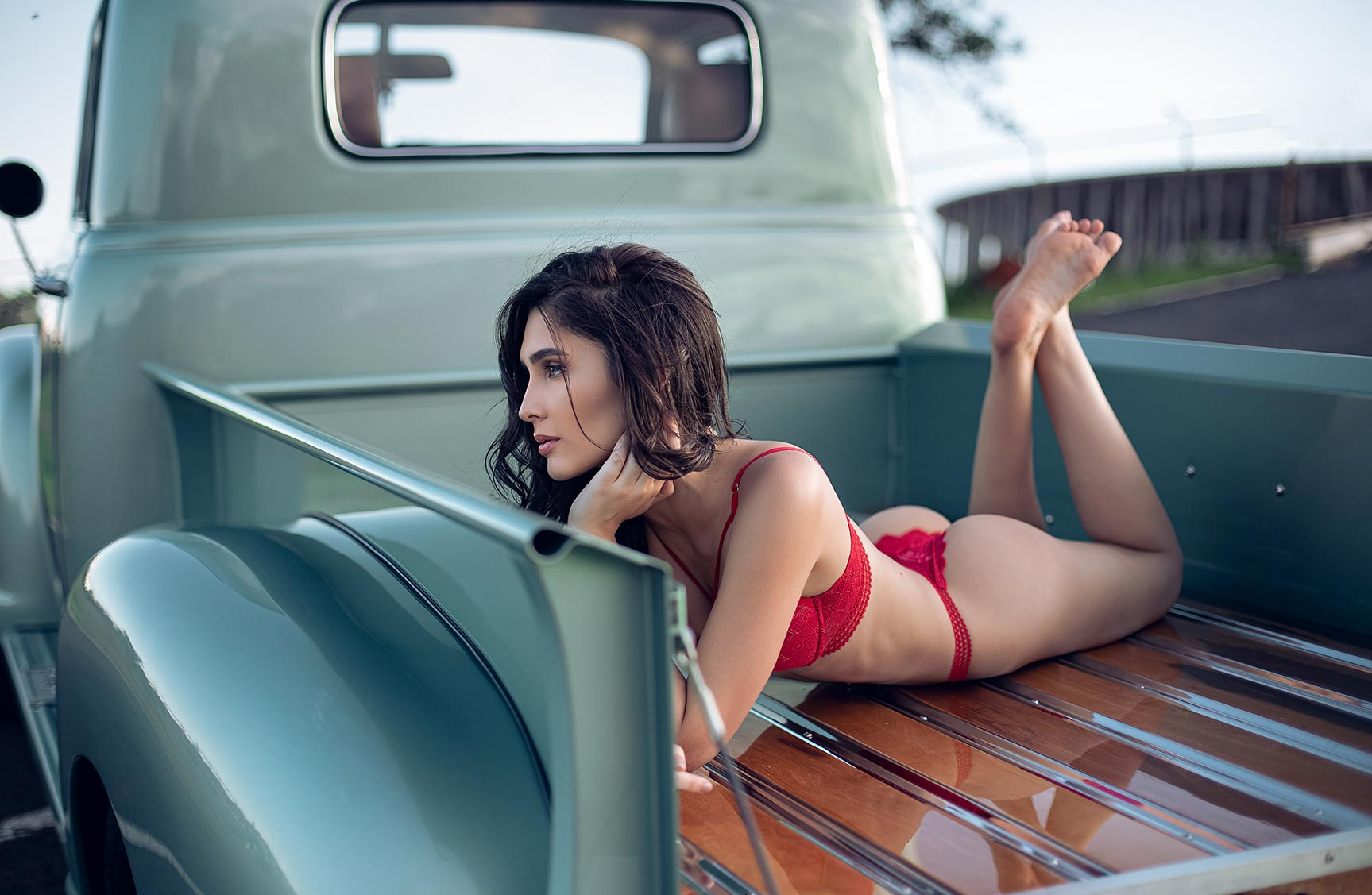 срочный автосервис / девушка с гаечными ключами лежит под машиной на пустынной дороге / фото 12