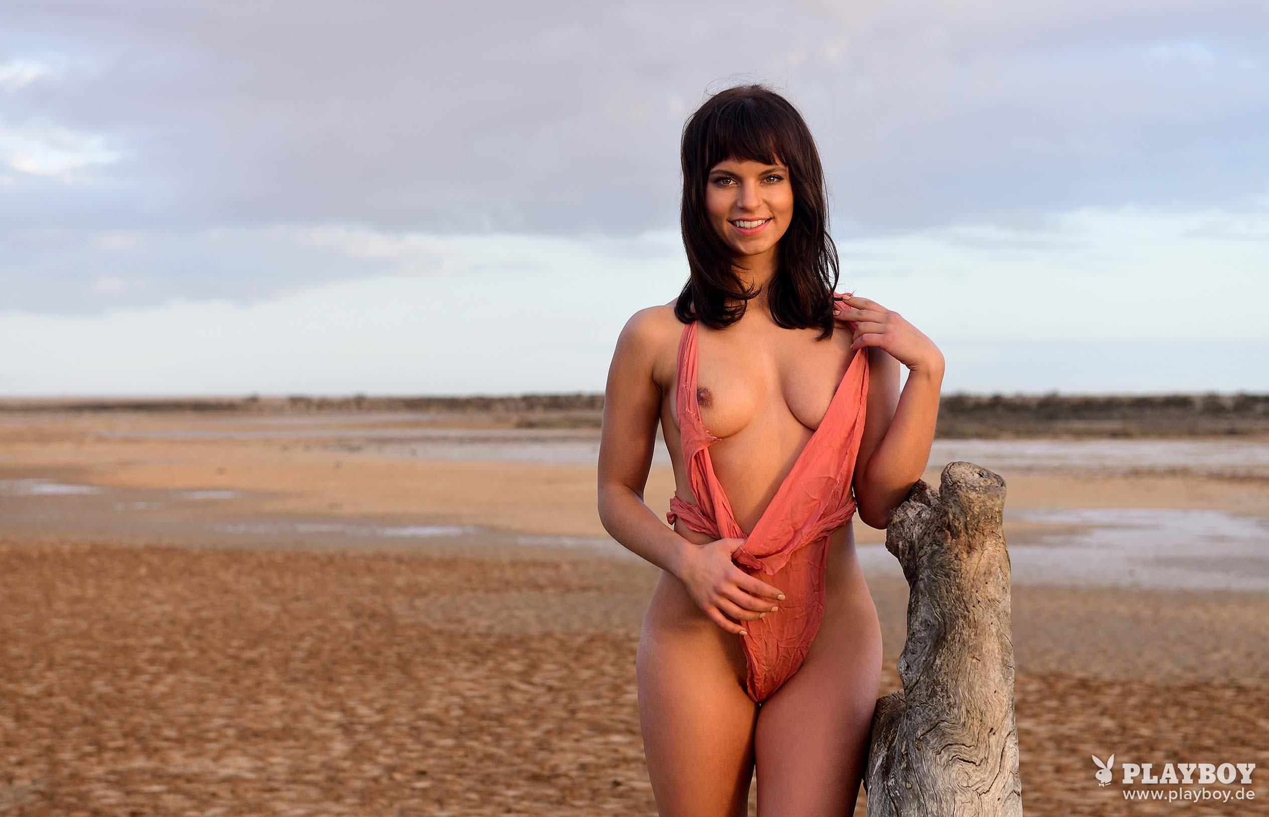 актриса Франциска Бенц голая на ферме в Южной Африке / фото 11
