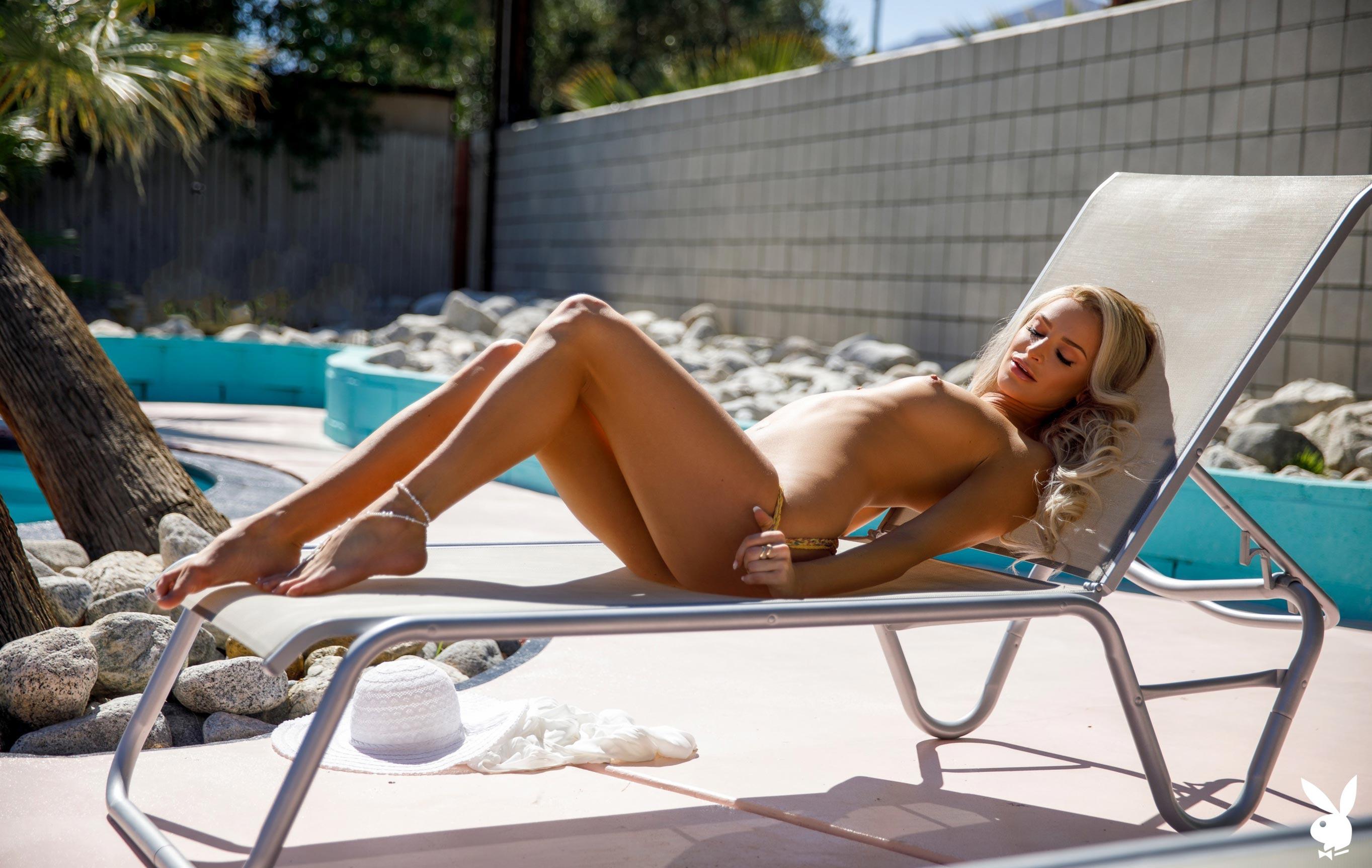 Эмма Хикс у бассейна в Палм-Спрингс / фото 05