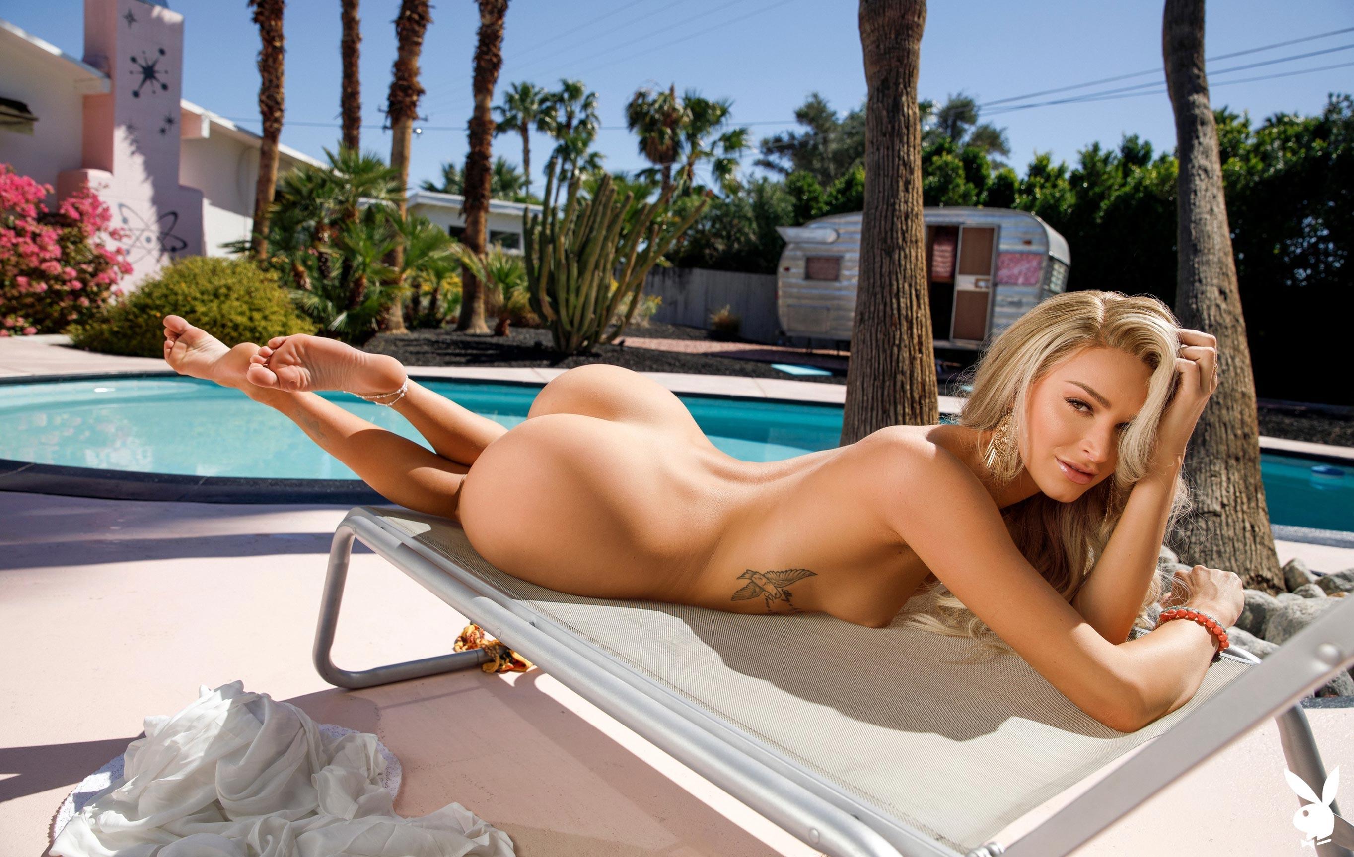Эмма Хикс у бассейна в Палм-Спрингс / фото 09