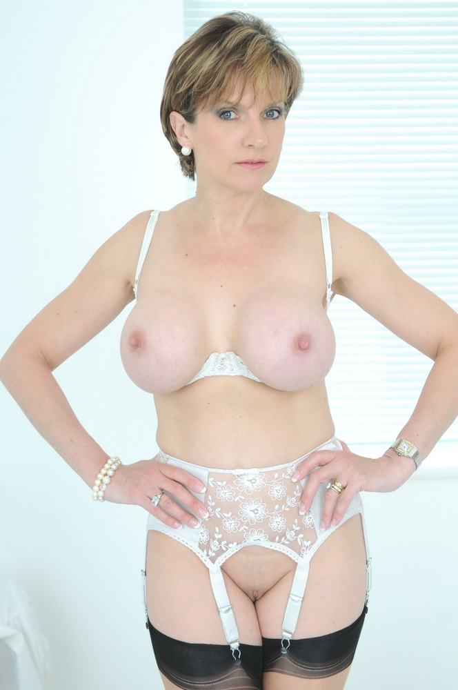 Lady Sonia - Trophy wife bare-backed outdoors (Lady-Sonia/FullHD) - Flashbit
