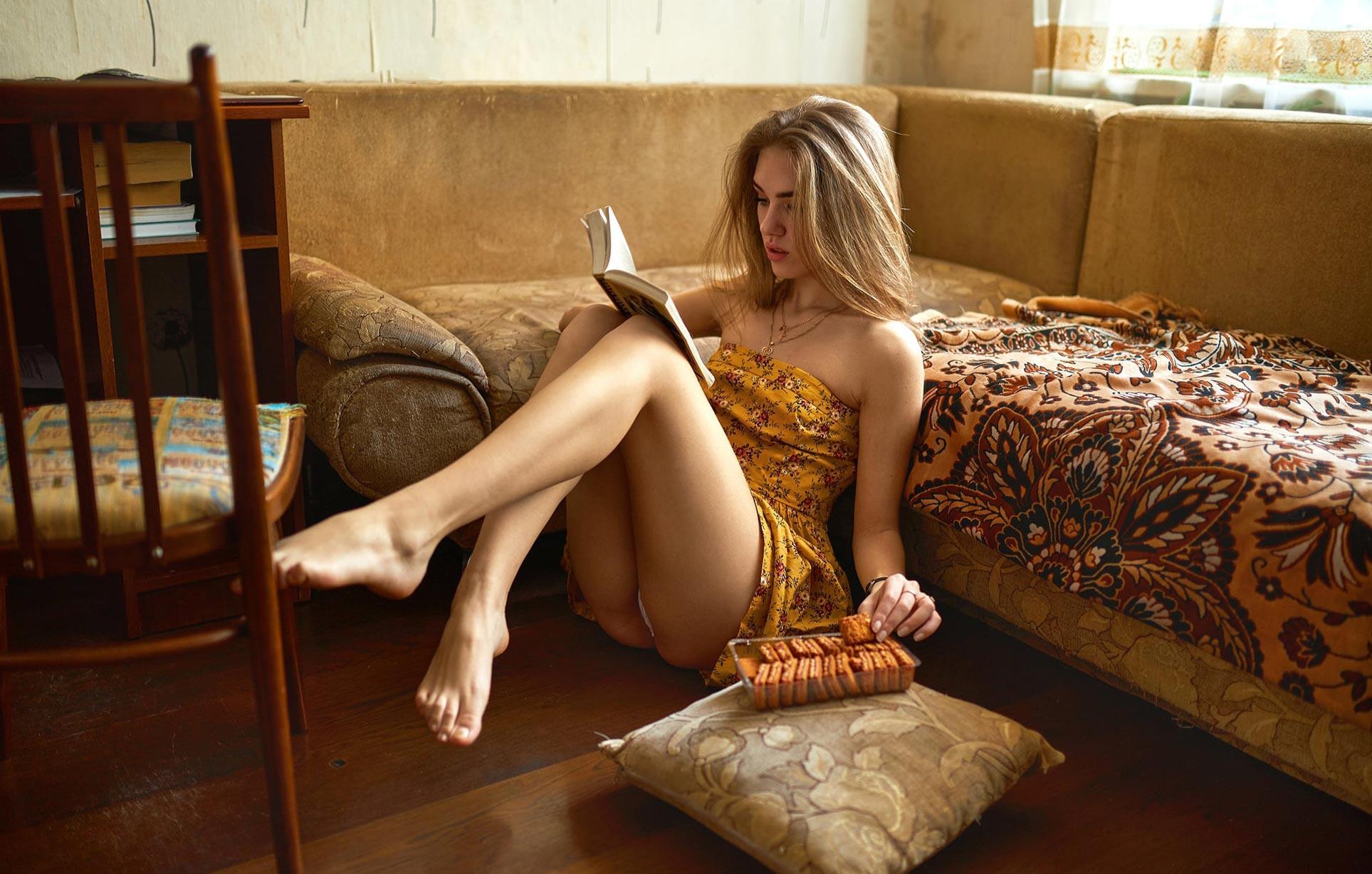 - книга, сладости, печенье, сгущенка - / Виктория Баринова в домашней обстановке / фото 01