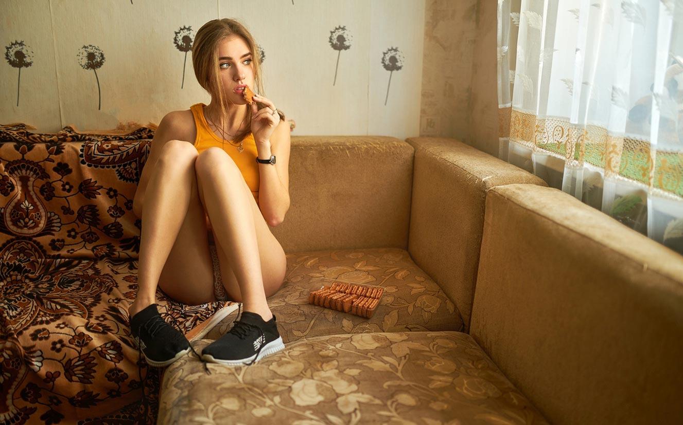 - книга, сладости, печенье, сгущенка - / Виктория Баринова в домашней обстановке / фото 03