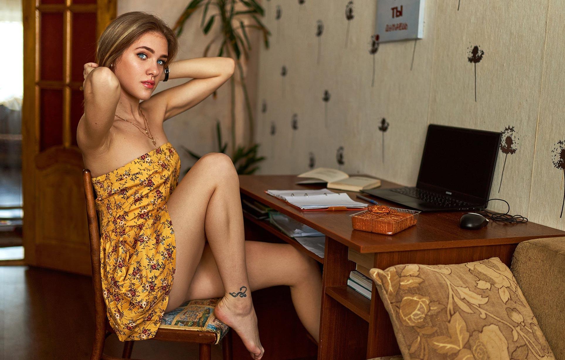 - книга, сладости, печенье, сгущенка - / Виктория Баринова в домашней обстановке / фото 04