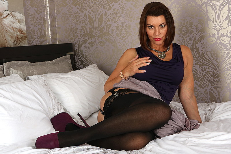 Mature.eu/Mature.nl: Christine O. (EU) (48) - British MILF Christine loves fooling around [FullHD 1080p] (943 MB)