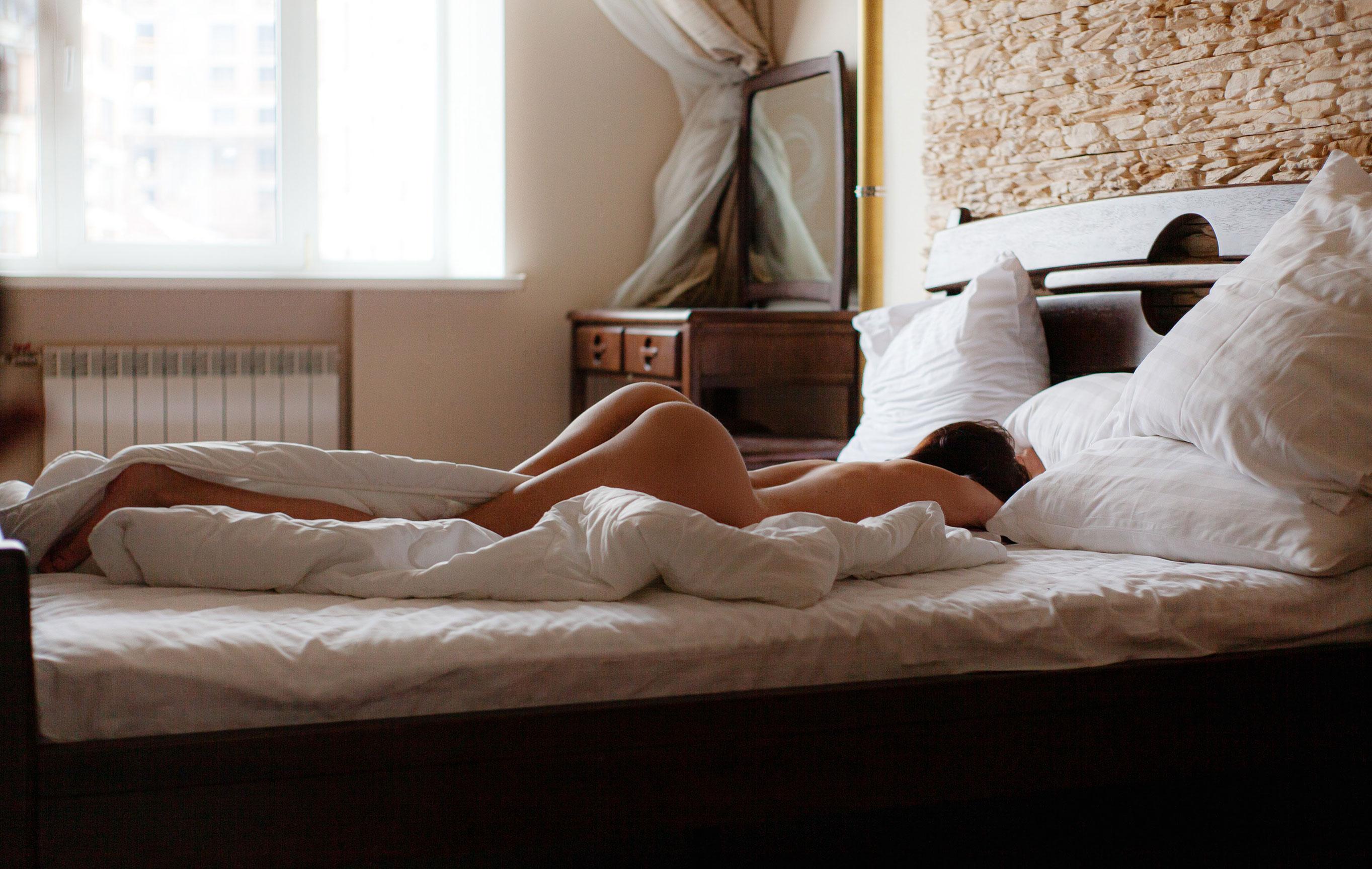 Сексуальная голая девушка на белых простынях / фото 01