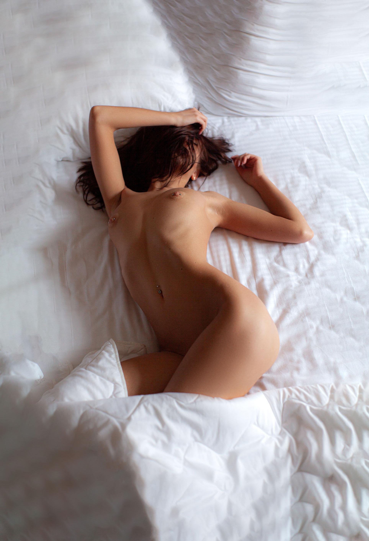 Сексуальная голая девушка на белых простынях / фото 06