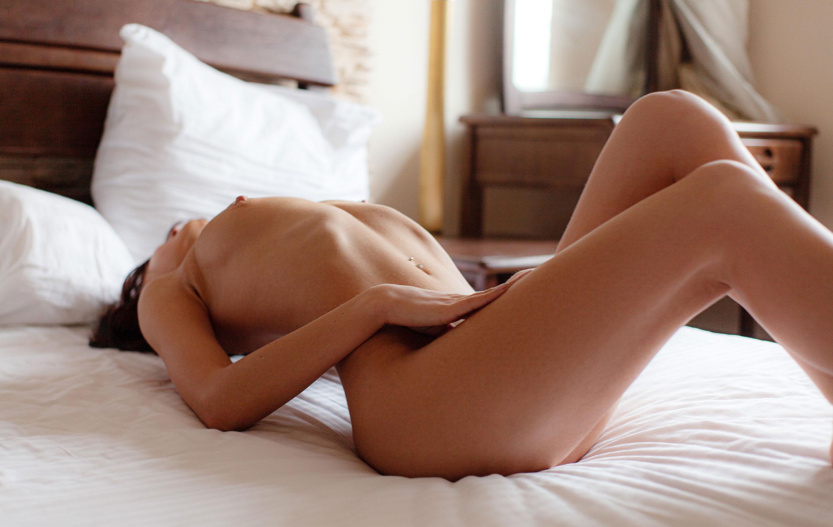 Сексуальная голая девушка на белых простынях / фото 07