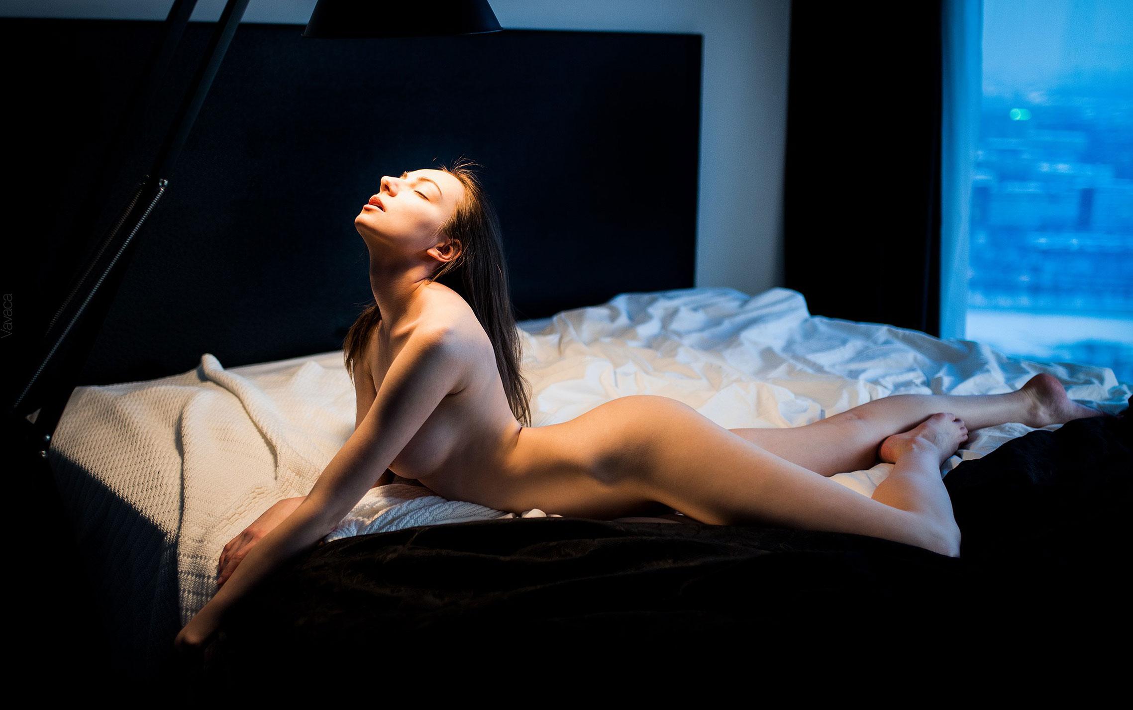 голая Марго Амп в постели под абажуром стильной настольной лампы / фото 01