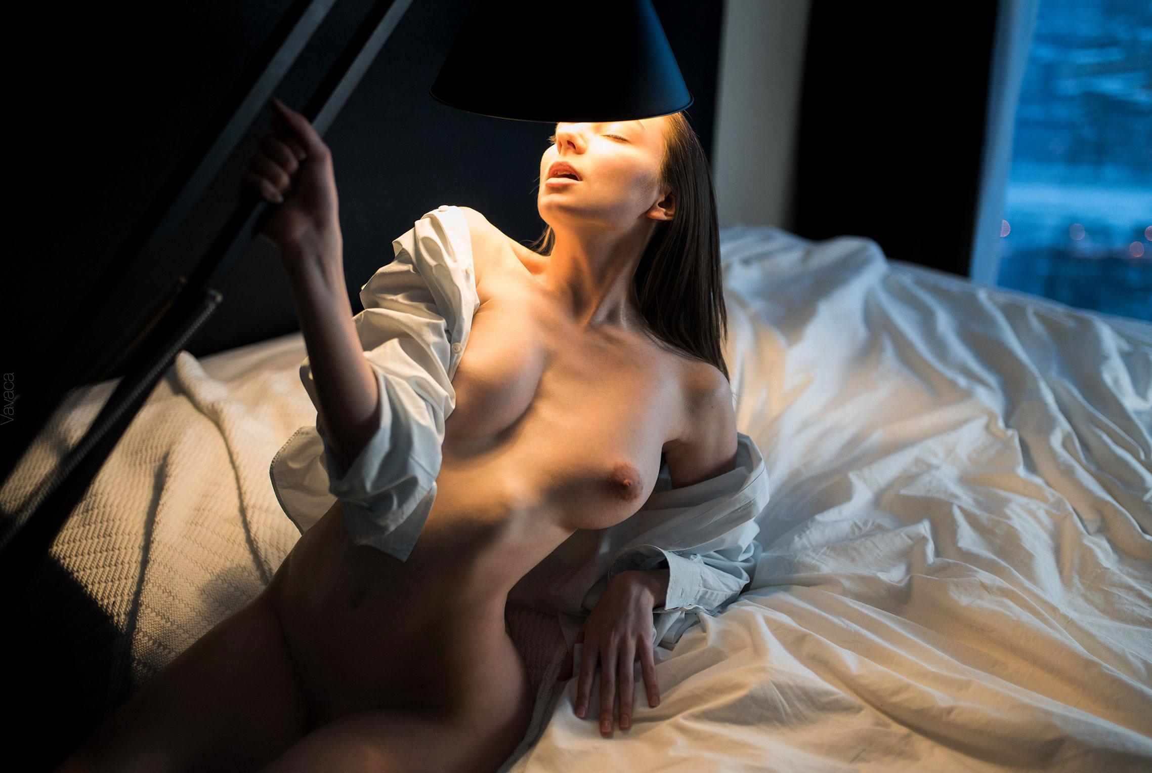 голая Марго Амп в постели под абажуром стильной настольной лампы / фото 06