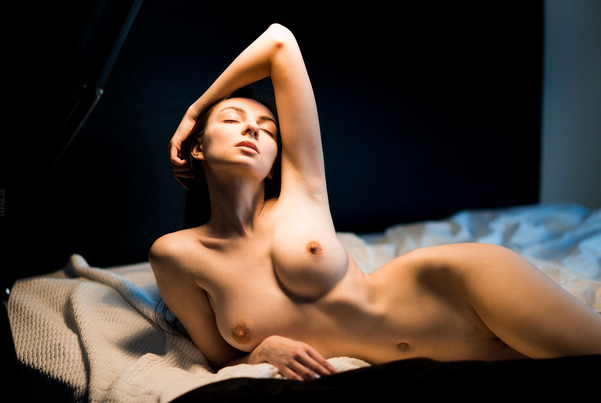 голая Марго Амп в постели под абажуром стильной настольной лампы / фото 07
